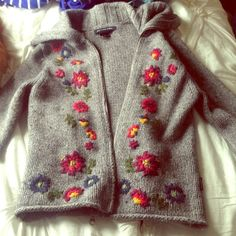 Abercrombie & Fitch Sweaters – Zip-up sweater from A&F – Stricken Wool Embroidery, Silk Ribbon Embroidery, Embroidery Stitches, Embroidery Designs, Baby Knitting, Crochet Baby, Knit Crochet, Knitting Designs, Knitting Patterns