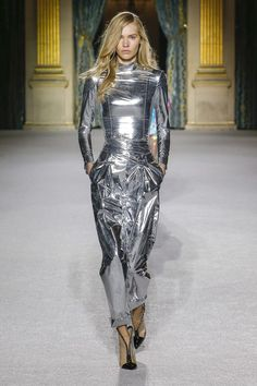 sci-fi fashion - The Balmain Fall 2018 Ready-to-Wear sci-fi fashion collection debuted on the Parisian runway. The models, showcasing the label's offerings fo. Fashion Week, Runway Fashion, High Fashion, Womens Fashion, Couture Fashion, Paris Fashion, Fashion Trends, Moda Paris, Dolly Fashion