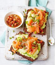 Avocado Toast Recipe with Smoked Salmon Avocado on toast with smoked salmon and a tomato dressing – a recipe that's bound to get you out of bed in the morning. Creamy avocado and delicious smoked salmon feel like an indulgence, but this dish comes in at u Plats Healthy, Smoked Salmon Recipes, Avocado Recipes, Avocado Ideas, Food Porn, Healthy Snacks, Healthy Recipes, Healthy Eating, Healthy Fats