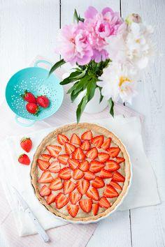 Tarte vegan fraise-rhubarbe-citron Pas mal du tout. remplacer une partie du sucre de la crème par 1 ou 1/2 banane. Par contre, les proportions font beaucoup trop de crème pour 1 tarte pour 8 pers. et le crème est lourde (tient plus du flan que de la crème ou du curd.