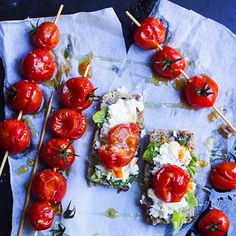 Ugnsrostade körsbärstomater med fetaost och olivolja. Söta som få passar dom gudomligt bra till den salta fetaosten. Recept på bloggen! ➡ Ovenbaked cherry tomatos with feta cheese and olive oil. They are so sweet and goes heavenly along with the salty feta cheese. Recipe on my blog, link in profile. For my international readers I have a google translator on my blog. In the bottom of the page on smartphones and pads and in the upper right corner on computers. #Padgram