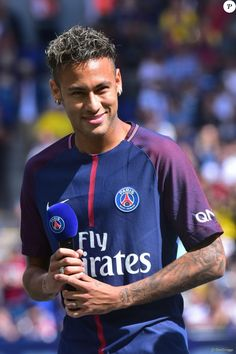 Neymar Jr lors de sa présentation au public au stade du parc des princes à Paris, le 5 août 2017 au lendemain de son arrivée comme nouveau joueur de l'équipe du Paris Saint-Germain (PSG). © Giancarlo Gorassini/Bestimage P Psg, Football Neymar, Football Boys, Neymar Brazil, Best Football Players, Soccer Players, Lionel Messi, Neymar 2017, Sports