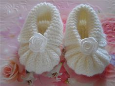 Knitting for Baby Booties Mothers protect their tiny feet our baby is actually very simple. She knitted baby booties with tiny feet can heat eg you in your own hands. Baby Booties Knitting Pattern, Booties Crochet, Crochet Baby Booties, Baby Knitting Patterns, Hand Knitting, Knitting Wool, Knitted Baby, Handgemachtes Baby, Baby Kind