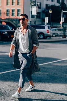 Want to know what the city slickers of NYC are wearing to take on transitional weather? Just have a look through this gallery of well-dressed men snapped at this past New York Fashion Week.