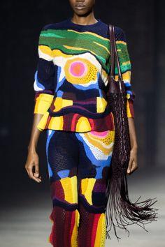 次世代のクリエイター、織り手のナオミ・グラシズと協業し、暖かな季節に向けたカラフルなニットをランウェイで発表