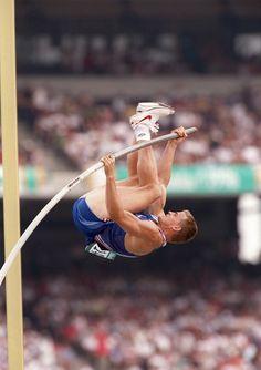 Jean Galfione pendant la finale du saut à la perche, à Atlanta, en1996. Il franchit la barre à 5m92, devenant champion olympique et inscrit un nouveau record.