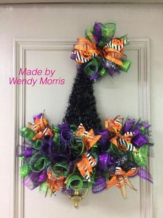 Halloween Witch Wreath, Halloween Mesh Wreaths, Homemade Halloween Decorations, Halloween Hats, Holiday Wreaths, Fall Crafts, Christmas Crafts, Diy Wreath, Wreath Ideas