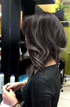 The grey hair color trend has taken the internet by hurricane. In this gallery you will find 25 New Gray Hair Color ideas that you can accomplish the granny hair look and join in the latest fashion trend! Bayalage, Balayage Hair, Gray Balayage, Hair Color And Cut, Great Hair, Hair Today, Hair Highlights, Gorgeous Hair, Dark Hair