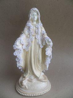 Linda imagem de Nossa Senhora das Graças com manto de guipir e renda. <br>Imagem em gesso, pintada em bege pérolado , com aplicação de perolas no manto e na base. <br>Preços especiais a partir de 5 unidades.