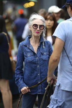 Linda Rodin in double denim, total look denim, chemise en jeans et jeans bleu, toujours avec ses grosses lunettes rondes