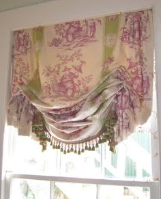 Beautiful balloon shade- great fabric (& placement!) & trim.