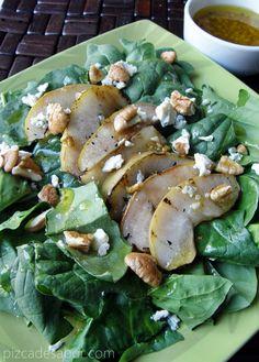 Ensalada de espinaca con pera asada, queso azul y aderezo de mostaza al maple www.pizcadesabor.com