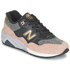 Η μάρκα New Balance θα κάνει τη διαφορά αυτή τη σεζόν με αυτό το χαμηλό sneaker. Το πολύχρωμο χρώμα του και το συνθετικό στέλεχός του θα δώσουν μια στιλάτη όψη που οδηγεί στην τελειότητα. Διαθέτει υφασμάτινη επένδυση, μας αρέσει να φοράμε το μοντέλο Wrt580 τόσο το πρωί όσο και το βράδυ. Το μοντέλο που πρέπει να αποκτήσουμε αυτή τη σεζόν. - ΧΡΩΜΑ : Black / ροζ / άσπρο - Παπούτσια Woman 123,00 €