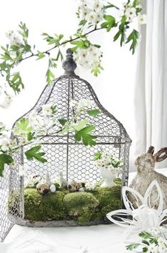 Upcycled bird cages make gorgeous Spring decorations #Easter #decor