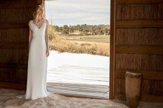 Rembo styling — Collection 2018 — Catarina: Robe légère avec ceinture large au niveau de la taille — décolleté en V et dentelle douce. Les manches en dentelle tombent légèrement sur les épaules.