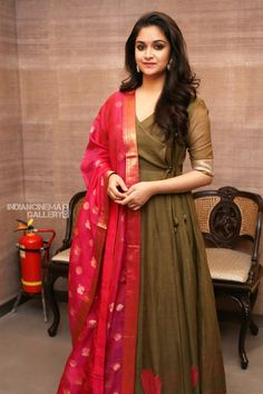 keerthy suresh pictures at mahanati jewellery launch Indian Attire, Indian Ethnic Wear, Indian Outfits, Ethnic Dress, Kurti Designs Party Wear, Kurta Designs, Indian Gowns Dresses, Pakistani Dresses, Long Gown Dress