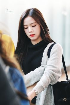 Off the Page. K Pop, South Korean Girls, Korean Girl Groups, Blackpink And Bts, Blackpink Jisoo, Blackpink Jennie, Korean Artist, Airport Style, Yg Entertainment