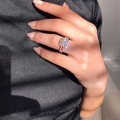 Beautiful Engagement Rings, Engagement Ring Cuts, Beautiful Rings, Circle Earrings, Stud Earrings, Traditional Engagement Rings, Ring Verlobung, Dream Ring, Earrings
