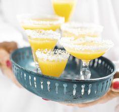 Tropisk mangodrink  10 små glas  Tid: 30 minuter  Den här drinken smakar sol och semester. Om man inte vill ha alkohol i sina drinkar är det bara att utesluta rommen. Den frysta mangon gör...