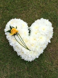 Traditional Heart Funeral Tribute - choice of colours and sizes availabl - is-sit tiegħi Funeral Floral Arrangements, Small Flower Arrangements, Funeral Bouquet, Funeral Flowers, Beautiful Flowers Wallpapers, Beautiful Roses, Casket Flowers, Funeral Sprays, Corona Floral