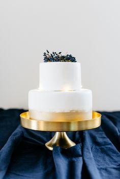 Winterhochzeit blau und gold | #Hochzeitstorte mit Lichterkette geschmückt