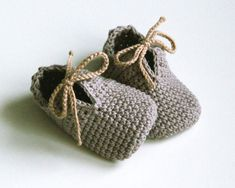 OLAF crochet baby tied shoes in gray Made to order in sizes: months months months YARN: pure cotton yarn Made in EU Oeko-Tex® CARE: Handwashing and air drying recommended. Before laying out to dry, reshape with fingers. All items are Crochet Baby Clothes, Crochet Baby Shoes, Newborn Crochet, Crochet Slippers, Knitted Booties, Baby Booties, Crochet Converse, Baby Patterns, Crochet Patterns