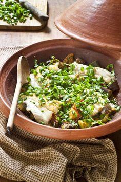 Une recette vitaminée pour un poisson méconnu et bon marché: le lieu noir. Ici en tajine pour en garder la fermeté et mieux le marier aux arômes des légumes.