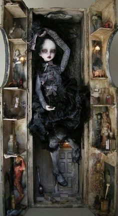 Do you like ball-jointed dolls? Feel free to share your photos or experiences in the BJD community here. Bjd Dolls, Doll Toys, The Crow, Scary Dolls, Gothic Dolls, Halloween Doll, Halloween Projects, Happy Halloween, Arte Horror