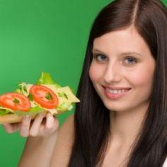 Foto de mulher com um sanduíche natural - Aprenda a inserir lanches na sua dieta