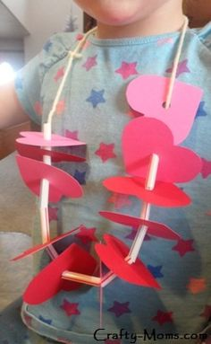 This fun heart necklace is a great Valentine's Day project for preschoolers to make. #preschool #valentines