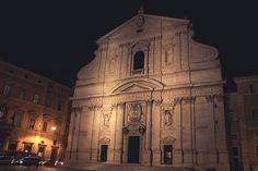 Die Kirche Sant' Ignazio di Loyola hat eines der schönsten Deckengemälde - gemalt von Andrea Pozzo. Beim Umschauen sollten sie zu den geschwärzten Stellen gehen, allerdings ohne nach oben zu sehen. Haben sie diese erreicht, heben Sie den Blick - dann sehen sie ein Perspektiven-Spiel desselben Künstlers!