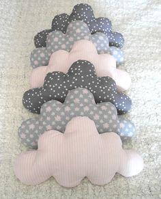 Beaucoup d'originalité et de tendresse pour ce tour de lit composé de 6 nuages de couleurs assorties rose rayé, gris avec étoiles blanches et gris avec des petites fleurs. L - 14279675