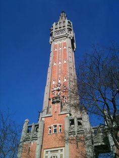 Dès que je suis dans une ville, je me perche au plus haut et j'observe. A Lille, c'est le Beffroi de l'hôtel de ville qui rempli la fonction de plus beau point de vue... N'hésitez pas à louer des jumelles, et à prendre l'escalier, la vue n'en sera que plus belle...jusqu'aux terrils du bassin minier et aux monts des Flandres...Et peut-être même jusqu'à la mer !