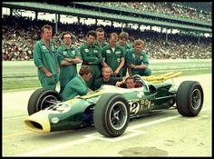 Indianápolis.   Na imagem acima vemos a Lotus invadindo os Estados Unidos com Colin Chapman  e Jim Clark  em 1965....