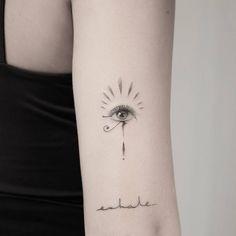 Artista Tatuador: Maxe Brother. Tags: categorías, Una sola aguja, Mitología, Mitología egipcia, Ojo de Horus, Anatómicos, Ojos. Partes del cuerpo: Triceps.