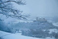 Anche il Castello di Torrechiara stamattina si è svegliato ricoperto da un manto di neve e in un'atmosfera..da fiaba! Pic by @Food Valley Travel