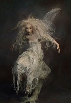 """""""In my fantasies, all of my dolls could fly, all of them were magic"""". ~Wendy Froud~ Wendy Froud tornou-se uma fabricante de bonecas com . Forest Creatures, Woodland Creatures, Magical Creatures, Fantasy Creatures, Brian Froud, Kobold, Paperclay, Fairy Art, Fairy Dolls"""