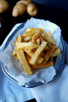 The secret to perfect french fries made on the stove is frying them in cold oil! This method will totally change your life. Cooking French Fries, French Fries Recipe, Homemade Fries, Homemade French Fries, Perfect French Fries, Healthy Vegan Snacks, Vegan Food, Going Vegan, The Fresh