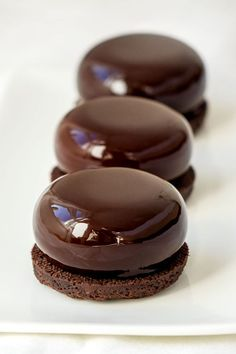 Chocolate mirror icing recipe shared by Ʈђἰʂ Iᵴɲ'ʈ ᙢᶓ Sweet Recipes, Cake Recipes, Snack Recipes, Chocolate Shop, Chocolate Desserts, Chocolate Glaze, Mirror Icing Recipe, Fancy Desserts, Delicious Desserts