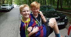 Der elf Jahre alte Bastian hat eine geistige Behinderung und braucht dringend eine Therapie. Das Jugendamt stellt die Hilfe nun aber ein und setzt das Kind vor die Tür der Pflegeeinrichtung. Nun kämpft Bastians verzweifelter Vater um eine Wiederaufnahme.