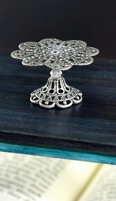 Dollhouse miniature accessories 1:12 Glass Pedestal Cake Stand with Paper Doily