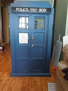 DIY Kitty TARDIS Playhouse For Cats Who Love The Doctor. im not a big fan of cats but I love doctor who The Tardis, Doctor Who Tardis, Eleventh Doctor, Woodworking Projects Plans, Teds Woodworking, Cat Playpen, Super Cat, Cat Condo, Cat Furniture