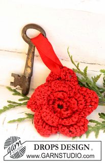 Crochet DROPS Christmas flower for key ring in Cotton Viscose and Glitter ~ DROPS Design