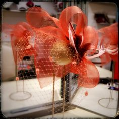 Tocado de crin coordinado con plumas de Ave de Guinea y velo con chenilla a juego #nilatarancodesign #tocadosdemadrina #bodas #bridalstylist #weddingoutfit #millinery #bodadedia #handmade #invitadadeboda #HechoenEspaña