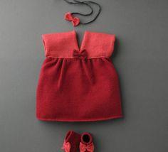 Qui a dit que bébé ne pouvait porter des ensembles chics ! Craquez pour cette petite robe à noeud, tricotée en ' laine partner 3.5 ', coloris bengale et grenadine. Vous pouvez associer ce modèle au modèle 30 de chaussons de ce catalogue. Avis aux débutantes, c'est le moment de se lancer !Modèle tricot n°29 du catalogue 99 : Layette et Pitchoun, Automne Knitting For Kids, Baby Knitting, Crochet Baby, Layette Pattern, Pull Bebe, Knit Baby Sweaters, Bebe Baby, Baby Bloomers, Kids And Parenting