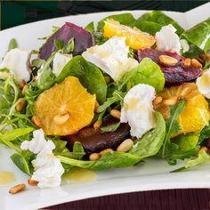 Esta ensalada de remolacha, queso y naranja mezcla ingredientes sencillos y naturales en una combinación sabrosa y crujiente con el aporte de frutos secos.