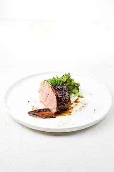 """Das Gericht """"Char Siu"""" ist ein chinesischer Grill-Klassiker: Schweinelende wird mit einer Marinade eingelegt und gegrillt. Dazu: Pak Choi. Pork Recipes, Gourmet Recipes, Food Styling, Pak Choi, Char Siu, Sous Vide, Rind, Whisky, Barbecue"""