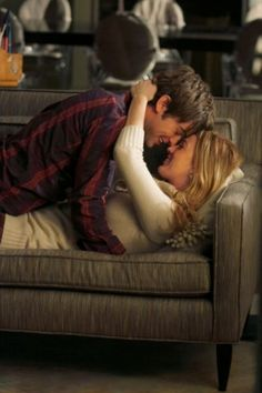 Chace Crawford as Nate and Blake Lively as Serena in Gossip Girl's 'The Hurt Locket'.