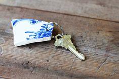 Om en del av favoritporslinet går sönder kan det vara en fin idé att använda en skärva till att göra en nyckelring. Ashley på Lil Blue Boo sparar allt trasigt porslin i väntan på att göra...