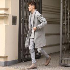Shop The Look: Timasatt   Coolster Look ever!!! Das Outfit in Full-Grey von Timasatt ist perfekt für den Herbst... Der Mantel ist das Highlight dieses Looks. Er versprüht einen Wohlfühleffekt von 100%! Dazu ein lässiger Strickpullover und gemütliche Chelsea-Boots damit die Füße nicht frieren... Die kalten Temperaturen können ruhig kommen... Unten könnt ihr den Look nachshoppen...  black kaviar chelsea boots herrenmantel herrenmode Look mango männermode minimum Outfit shop the look timasatt